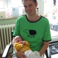 Phil, in grünes Tapir T-Shirt mit Lara, in fast-Orange Top